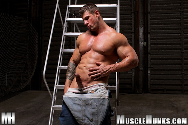 massive Muscle hulk gay pornstar zeb Atlas flexing muscles