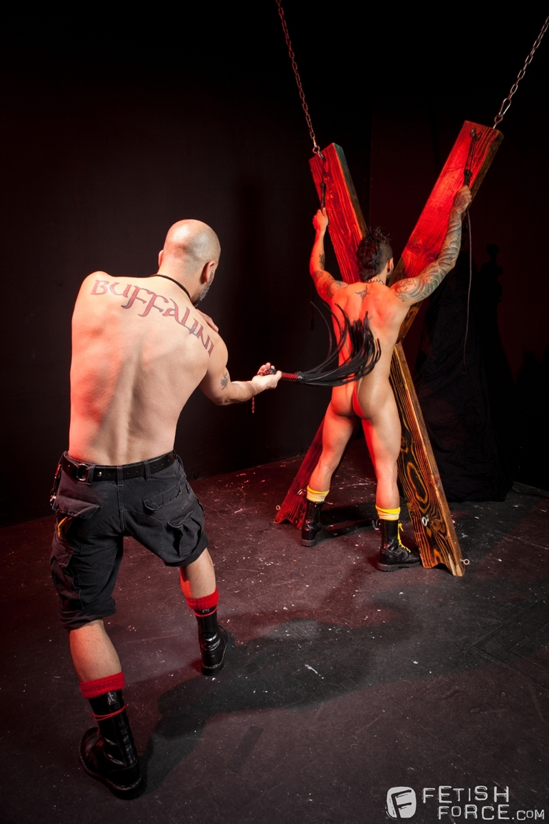 FistingCentral-Tony-Buff-dark-room-Draven-Torres-St-Andrews-cross-taskmaster-Mohawk-muscle-flogging-raised-welts-003-tube-download-torrent-gallery-sexpics-photo